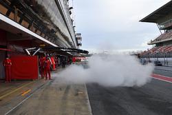Sebastian Vettel, Ferrari SF71H lascia il garage in mezzo al fumo