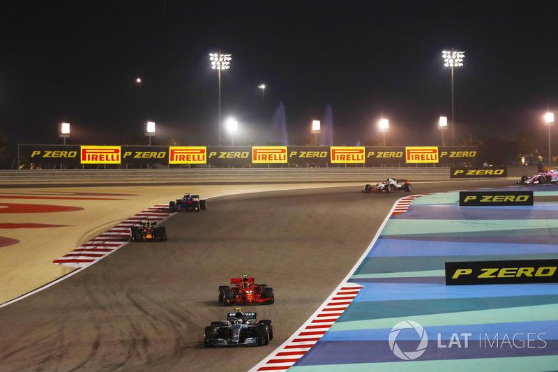 Valtteri Bottas, Mercedes AMG F1 W09, leads Kimi Raikkonen, Ferrari SF71H, and Daniel Ricciardo, Red