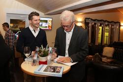 "Der Autor Peter Wyss signiert ""Rennsport Schweiz"" 2017 an Yannick Mettler"