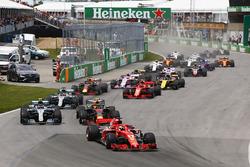 Sebastian Vettel, Ferrari SF71H, voor Max Verstappen, Red Bull Racing RB14, Valtteri Bottas, Mercedes AMG F1 W09, Lewis Hamilton, Mercedes AMG F1 W09, Kimi Raikkonen, Ferrari SF71H, Daniel Ricciardo, Red Bull Racing RB14, en de rest bij de start