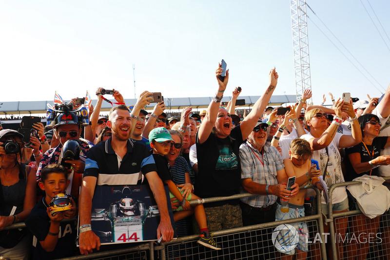 Des fans saluent Lewis Hamilton, Mercedes AMG F1