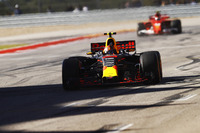 Max Verstappen, Red Bull Racing RB13, celebra al cruza la línea de meta  por delante de Kimi Raikkonen, Ferrari SF70H
