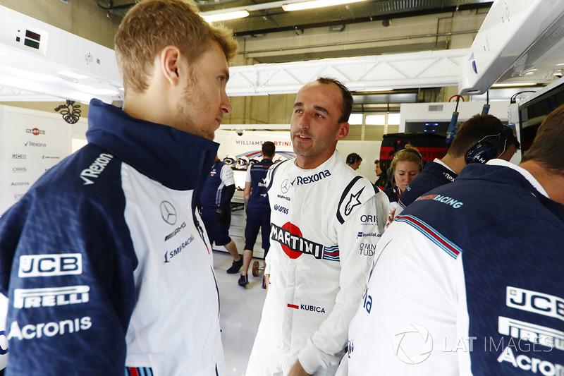 Robert Kubica, Williams Martini Racing, berdiskusi dengan Sergey Sirotkin, Williams Racing