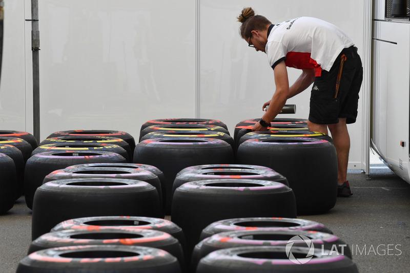 Mekanik Sauber menandai ban Pirelli
