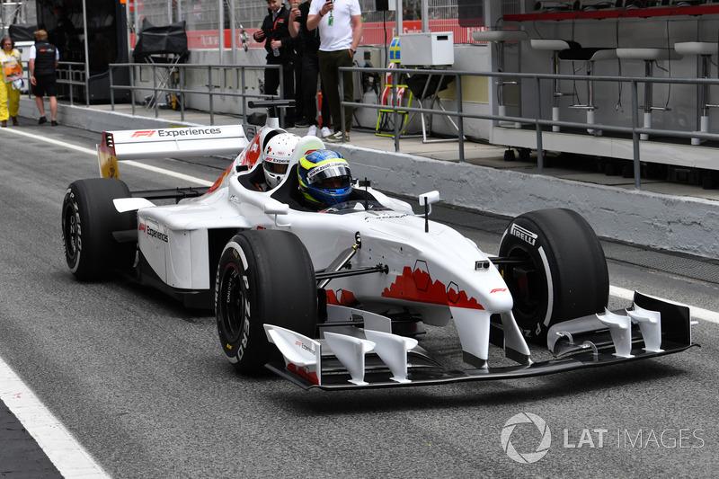 Barbara Palvin menumpang F1 Experiences, dengan Zsolt Baumgartner sebagai pengemudi
