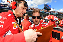 Sebastian Vettel, Ferrari e Riccardo Adami, ingegnere di pista Ferrari, in griglia