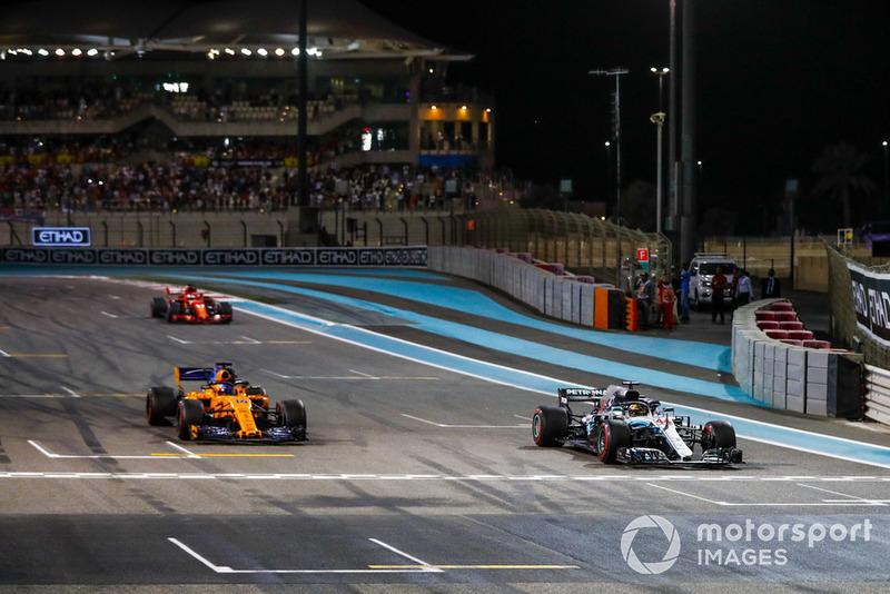 Lewis Hamilton, Mercedes AMG F1 W09 EQ Power+, Fernando Alonso, McLaren MCL33, et Sebastian Vettel, Ferrari SF71H, arrivent sur la grille après la course