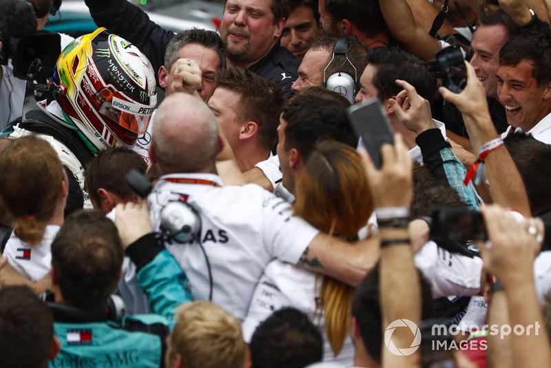 Lewis Hamilton, Mercedes AMG F1, fête sa victoire avec son équipe