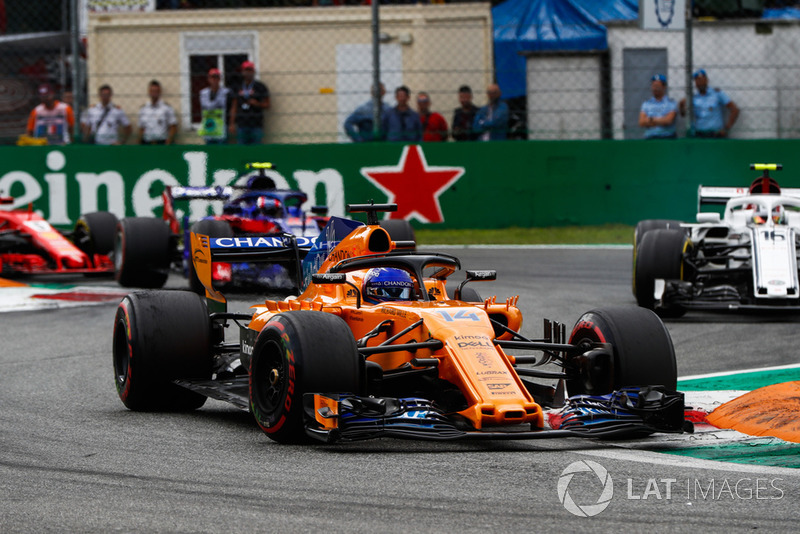 Fernando Alonso, McLaren MCL33, Charles Leclerc, Sauber C37, y Pierre Gasly, Toro Rosso STR13
