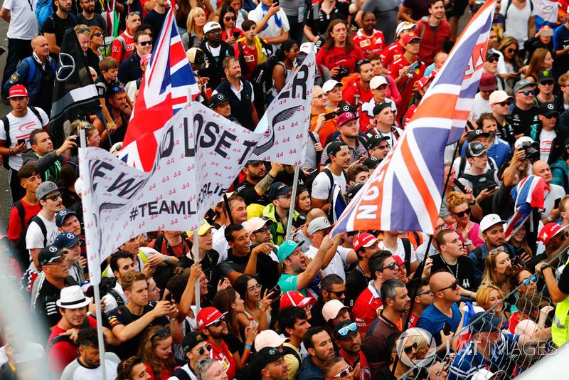 Fans ante el podio