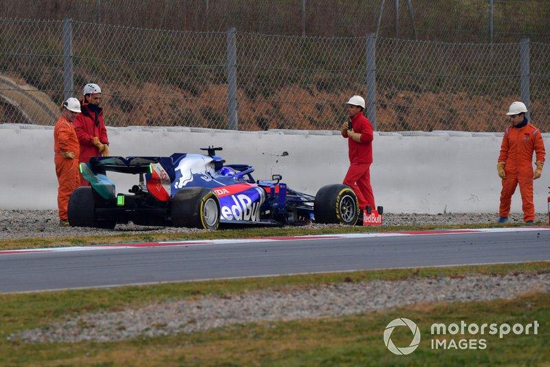 Alex Albon, Scuderia Toro Rosso STR14 detenido en pista después de un trompo