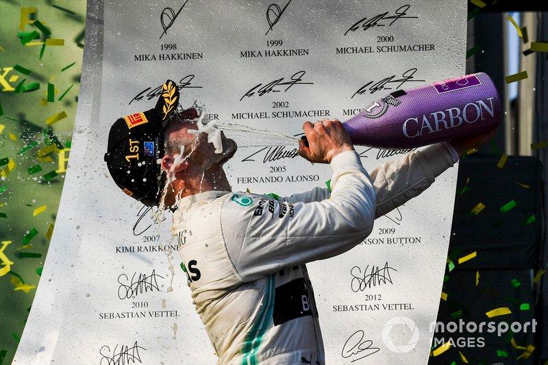 Le vainqueur Valtteri Bottas, Mercedes AMG F1, fête sa victoire avec du Champagne