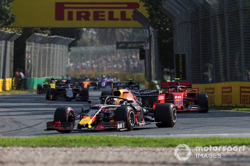 Max Verstappen, Red Bull Racing RB15, precede Charles Leclerc, Ferrari SF90, e Kevin Magnussen, Haas F1 Team VF-19