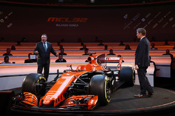 Zak Brown, Director Ejecutivo de McLaren Technology Group, habla con el presentador Simon Lazenby en