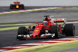 Kimi Raikkonen, Ferrari, devant Max Verstappen, Red Bull Racing RB13