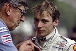 Tyrrell pilotu Stefan Bellof ve takım patronu Ken Tyrrell