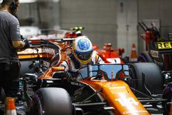 Fernando Alonso, McLaren, sort de sa voiture dans le Parc Fermé