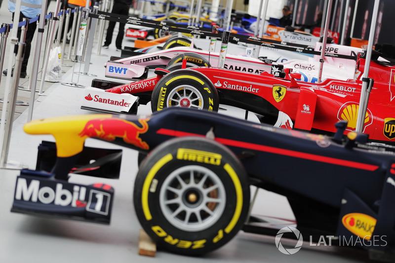 F1 araçları gösteriyi bekliyor