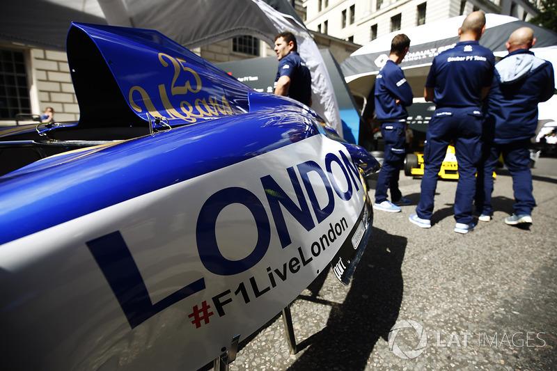 Carrocería de Saucer y el logo de la F1 en Londres