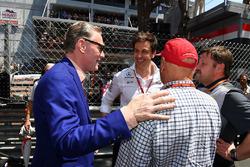 Неисполнительный директор Mercedes Ники Лауда, исполнительный директор Mercedes AMG F1 Тото Вольф и управляющий директор Ф1 по коммерческим операциям Шон Братчес
