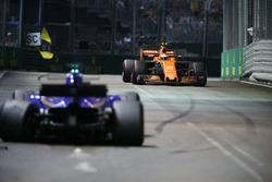 Stoffel Vandoorne, McLaren MCL32 ve kazalı Marcus Ericsson, Sauber C36