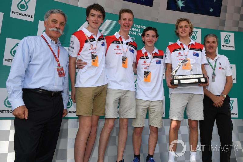 Студенти F1 in Schools і керівник Ф1 Чейз Кері
