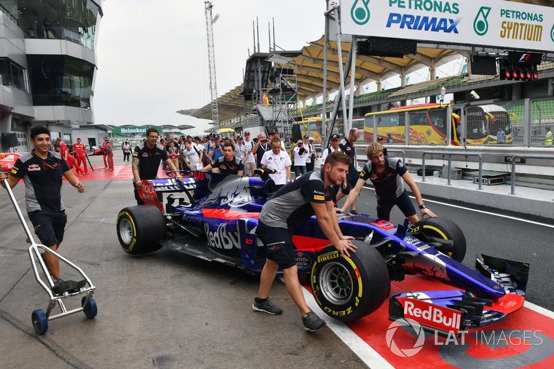 Une Scuderia Toro Rosso STR12 dans les stands