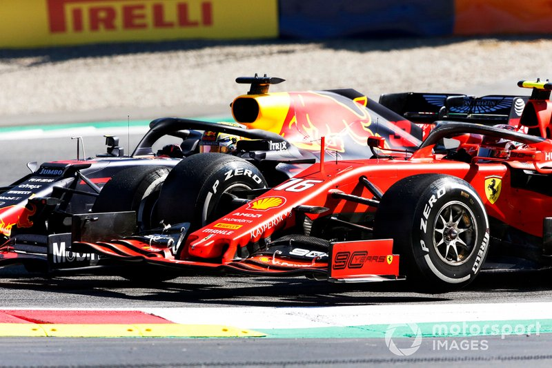 Max Verstappen, Red Bull Racing RB15, se toca con Charles Leclerc, Ferrari SF90