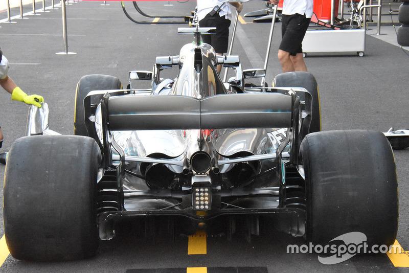 Un vistazo a toda la parte trasera del Mercedes W09 muestra el nivel de refrigeración que se requiere para los retos del circuito del GP de México