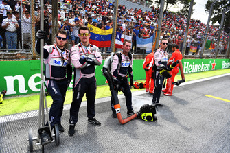 Meccanici Racing Point Force India VJM11, in griglia di partenza