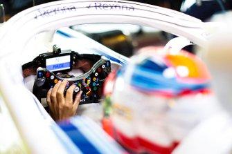 Robert Kubica, Williams Martini Racing, ajuste son volant