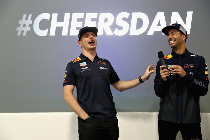 Max Verstappen, Red Bull Racing, y Daniel Ricciardo, Red Bull Racing, hablan al equipo Red Bull Racing