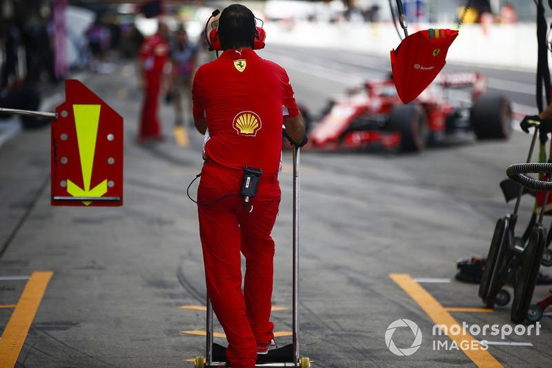 Un miembro de Ferrari espera un coche