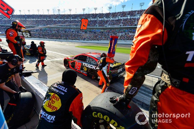 Martin Truex Jr., Joe Gibbs Racing, Toyota Camry Bass Pro Shops makes a pit stop, Sunoco