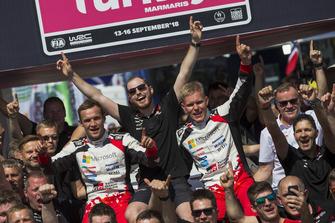 Ganadores Ott Tänak, Martin Järveoja, Toyota Gazoo Racing WRT Toyota Yaris WRC con el equipo
