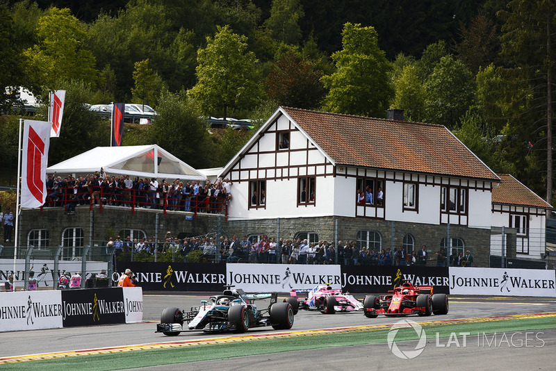 Lewis Hamilton, Mercedes AMG F1 W09, Sebastian Vettel, Ferrari SF71H, y Esteban Ocon, Racing Point Force India VJM11, vuelta de formación