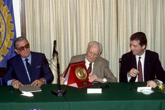 Enzo Ferrari et son fils Piero Ferrari avec le président de la FIA Jean-Marie Balestre en 1987