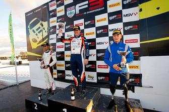 Podio Gara 3: il secondo classificato Krishnaraaj Mahadik, il vincitore Nicolai Kjaergaard e il terzo classificato Billy Monger