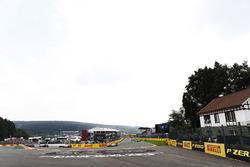 Nico Hulkenberg, Renault Sport F1 Team RS17, Esteban Ocon, Sahara Force India F1 VJM10, Sergio Perez, Sahara Force India F1 VJM10