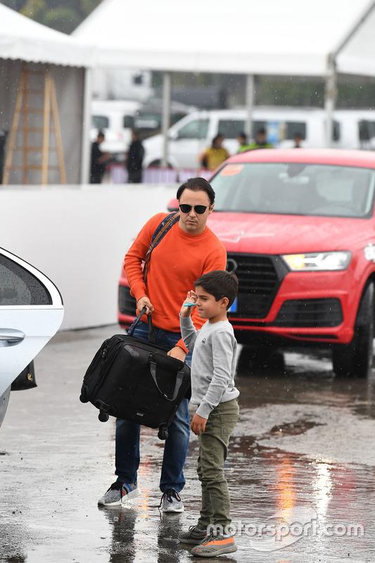 Гонщик Williams Фелипе Масса с сыном Фелипиньо