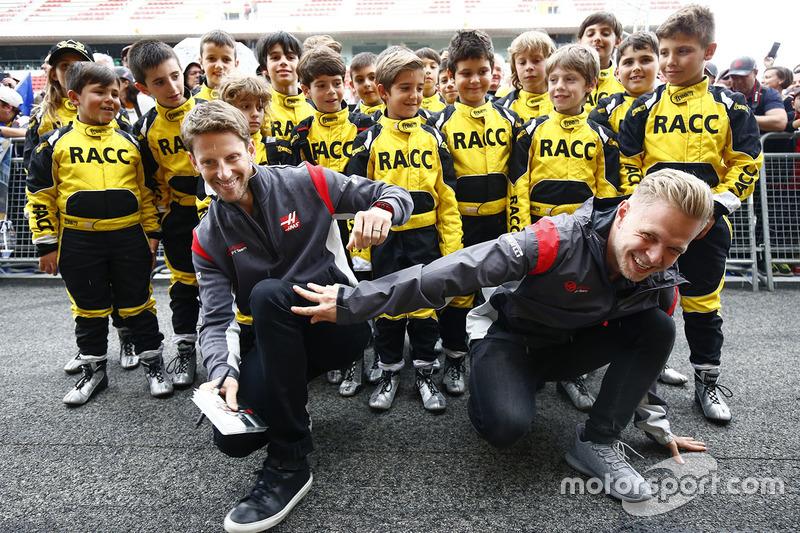 Romain Grosjean, Haas F1 Team, Kevin Magnussen, Haas F1 Team y pilotos del RACC junior Kart