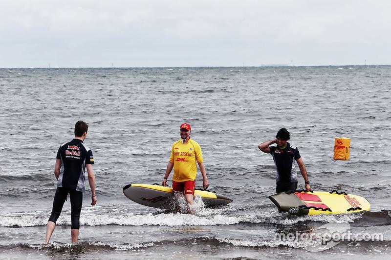Daniil Kvyat, Scuderia Toro Rosso y Carlos Sainz Jr., Scuderia Toro Rosso en la playa St Kilda con el Club de salvamento de St Kilda