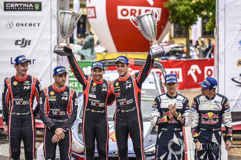 Podio: i vincitori Thierry Neuville, Nicolas Gilsoul, Hyundai Motorsport, al secondo posto Hayden Pa