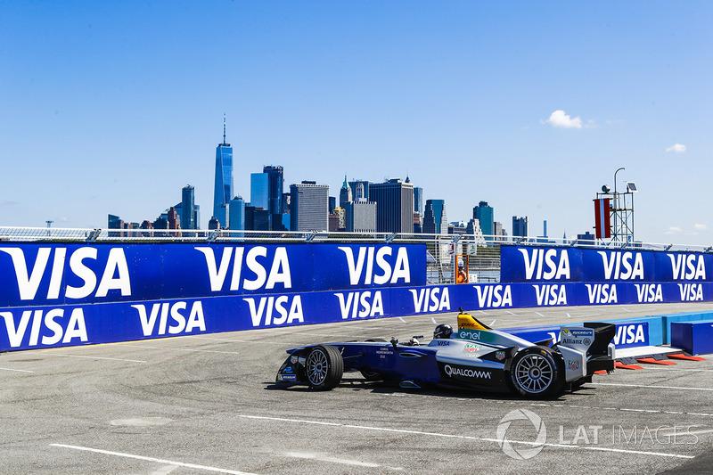 Chris Hemsworth conduce el Formula E car