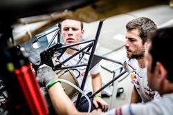 Mécaniciens qui travaillent sur la #100 Peugeot Sport Peugeot 3008 DKR: Cyril Despres, David Castera