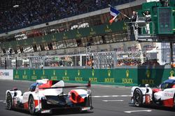 Керівник Формули 1 Чейз Кері дає відмашку прапором Франції