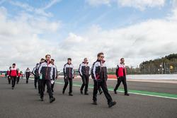 Kamui Kobayashi, Toyota Gazoo Racing con el equipo durante una caminata en la pista