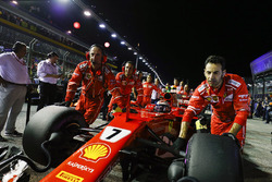 Kimi Raikkonen, Ferrari SF70H, gets into position