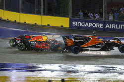 Max Verstappen, Red Bull Racing RB13, Fernando Alonso, McLaren MCL32 Honda crash