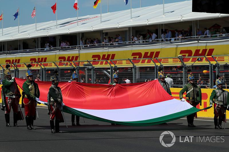 Виконання національного гімну на стартовій решітці, прапор Хунгарорингу